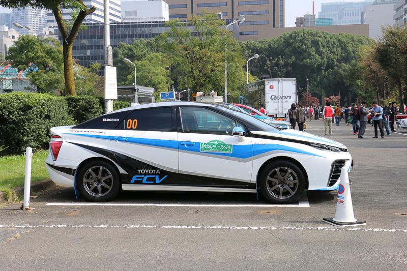 2014年式のトヨタ「トヨタ FCV ラリー」。オフロード走行に対応する金属製のフロアガードや車内のバケットシート以外は、市販モデルのトヨタ「ミライ」と同じとのこと