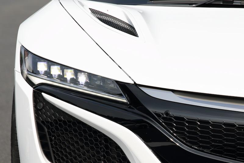 縦置きV型6気筒直噴3.5リッターツインターボエンジンと9速DCT、エンジンと9速DCTの間にレイアウトされるモーターをリアに搭載。これに加えフロントに独立左右制御の2モーターを配置する3モーターシステムを採用し、高い出力&トルクとともに高レスポンスを実現。ヘッドライトには6灯のLEDが採用される