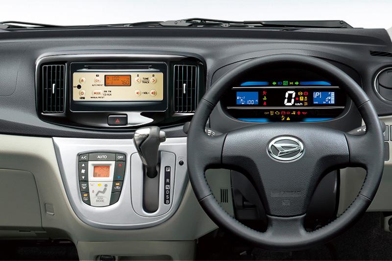 純正装着するオーディオに、プレミアムシャインブラックとゴールドのコントラストが目を引くインテグレートCD・AM/FM付ステレオを採用。シート表皮は通常では一部グレードにオプション設定されているブラックを標準装備する