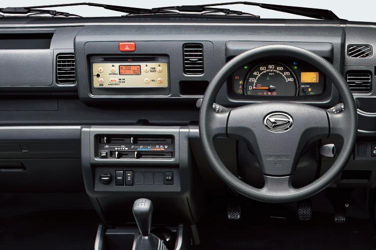 インパネに専用ゴールドフェイスプレート付きのインテグレートCD・AM/FM付ステレオを装着