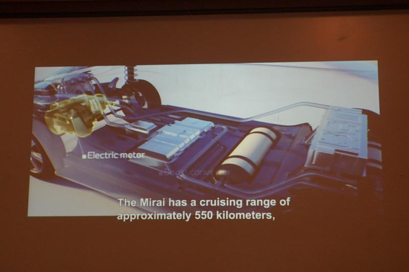 ミライでは水素燃料電池の仕組みを導入し、約550kmもの航行距離を実現
