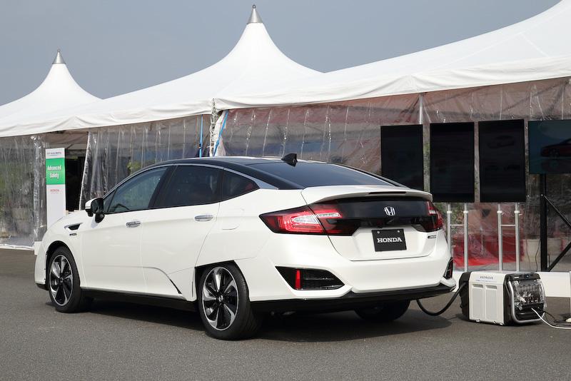 新型FCVのエクステリア。ボディーサイズは4895×1875×1475mm(全長×全幅×全高)。リアフェンダー部の処理やホイールデザインなどは空力性能を意識したもの。タイヤはブリヂストンの新作タイヤであろう「エコピア EP160」を装着