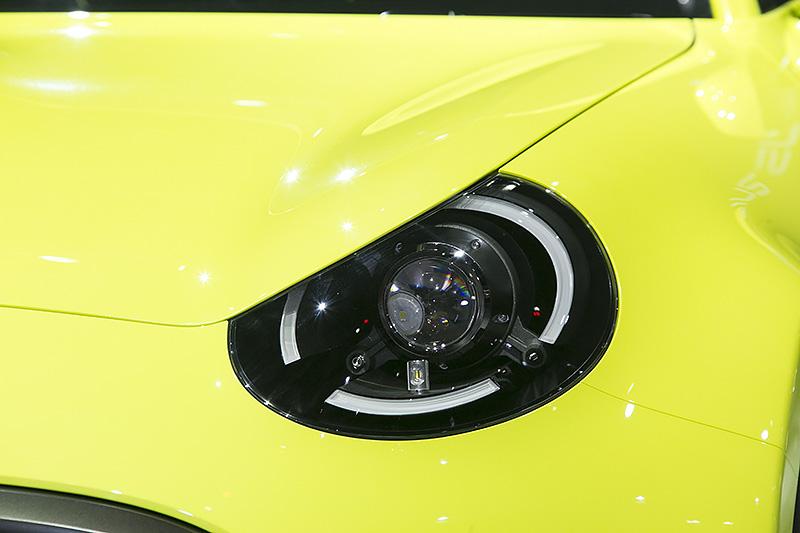 プロジェクタータイプのヘッドライトとLEDポジションランプの組み合わせ