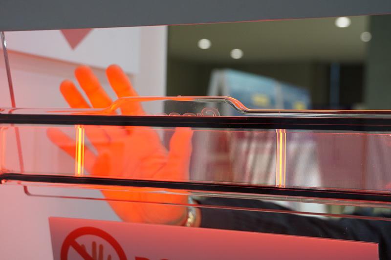 OLEDを利用したハイマウントストップランプ。点灯している状態でもドライバーから見るとまぶしくなく、向こうが透けて見えるのでガラスへ実装できる。なお写真ではオレンジに写っているが、肉眼で見ると赤に見える