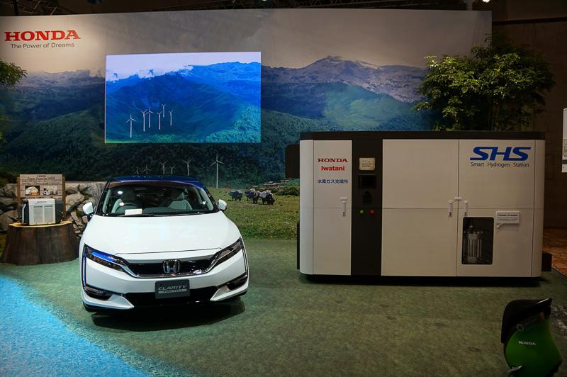 2016年発売予定の水素燃料電池車クラリティの展示も行われている