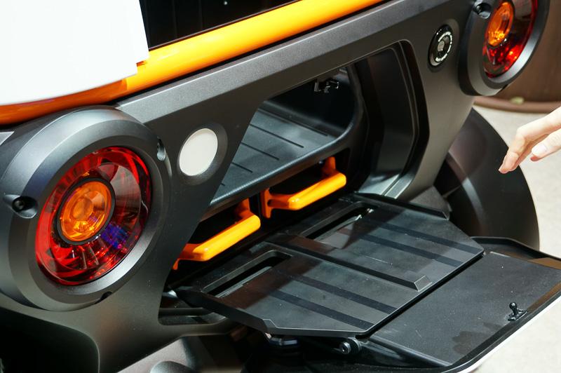 このように車両後部のバッテリースロットにカートリッジを挿入して使うことができる