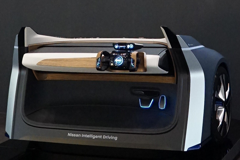"""Nissan IDS Concept""の変形するコクピットを展示する日産"