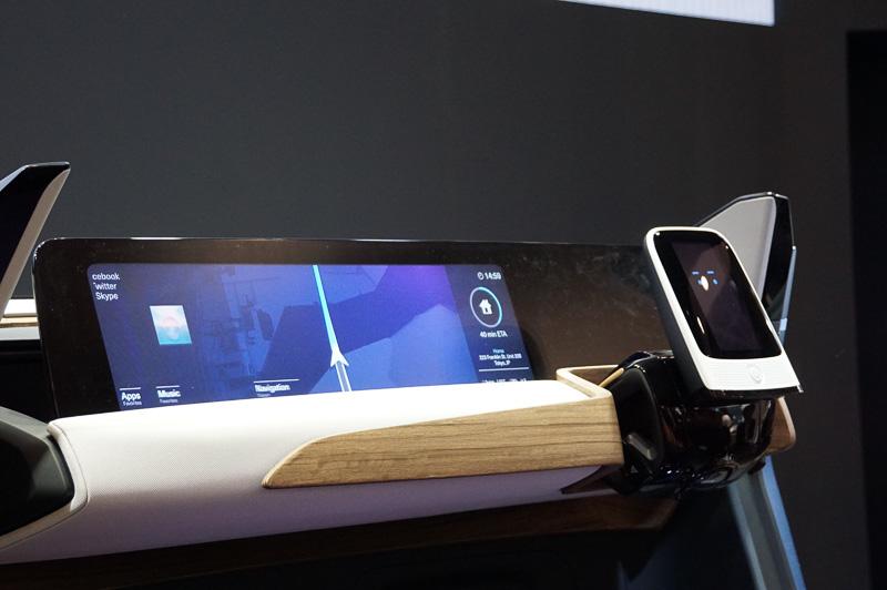 パイロットドライブモードになったときのコクピット、大画面の液晶が登場し、動画を再生したりとエンターテインメントにも利用できる