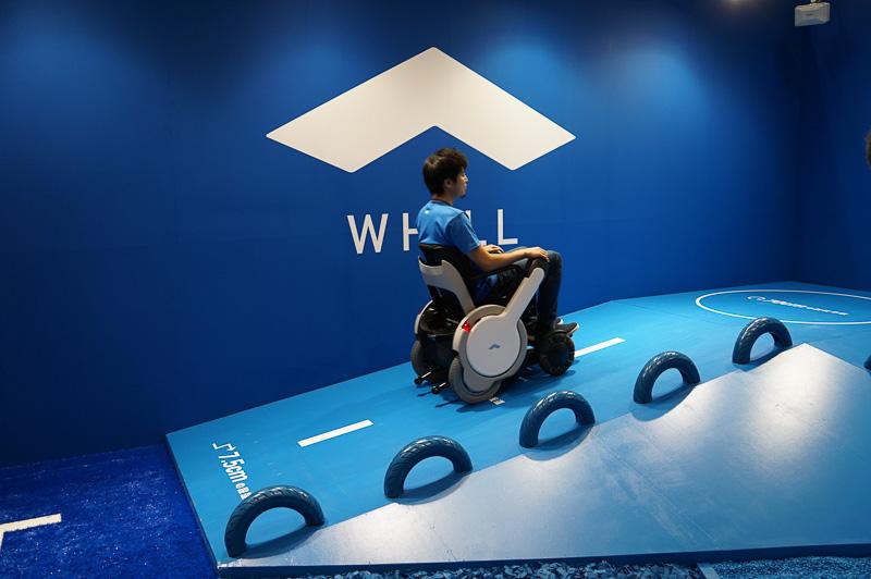 クルマいすのユーザーも乗れるモビリティをテーマにしたパーソナルモビリティとなるWHILL。最高時速6km/hで最高で20kmの走行距離を実現。こうした坂道も楽々登っていた(スペック上は10度の登坂力)
