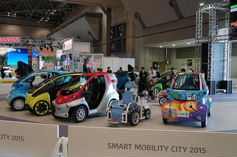 各社が展示している小型自動車に実際に乗ってみることが可能だ