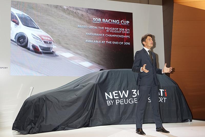 ベールがかけられた308 GTi by PEUGEOT SPORTの前で展示内容を解説するコーズィー氏