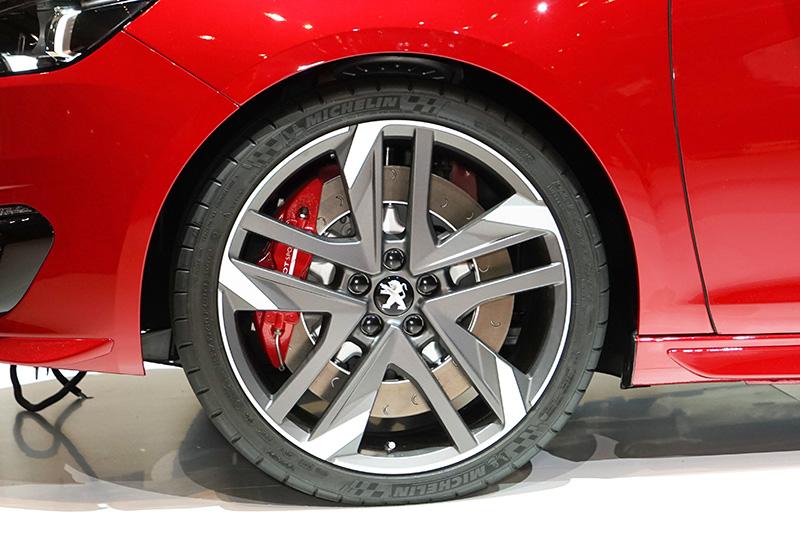 鋭角なデザインのホイール。タイヤサイズは235/35 R19