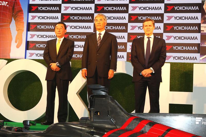 横浜ゴムの野地社長(中央)と日本レースプロモーションの取締役会長を務める中嶋悟氏(左)、チェルシーFCのクリスチャン・パースロー氏(右)