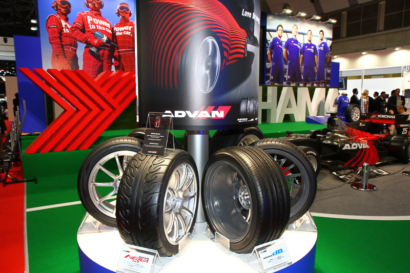 横浜ゴムのブースには、市販品のラインアップ展示やタイヤのエアロダイナミックスを進化させたサイドフィンタイヤなども展示されている