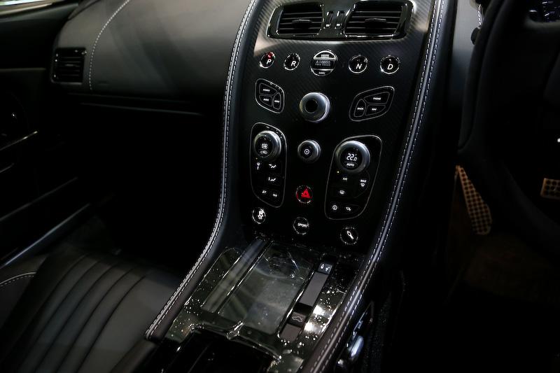 インテリアでは、ドアをオープンするとキッキングプレート(シルプラーク)にシリアルナンバー入りの007ロゴが備わるほか、2+2リアシート・ディバイダー(仕切り)にガンバレル(砲身)の刺繍が入る。そのほか、アストンマーティン・インフォテインメント・システムのスタートアップ画面にも「007 BOND EDITION」の文字が表示される