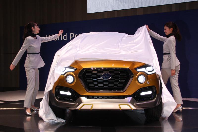 日産グローバル本社ギャラリーのステージ上でアンベールされるダットサンの新コンセプトカー「GO-cross コンセプト」