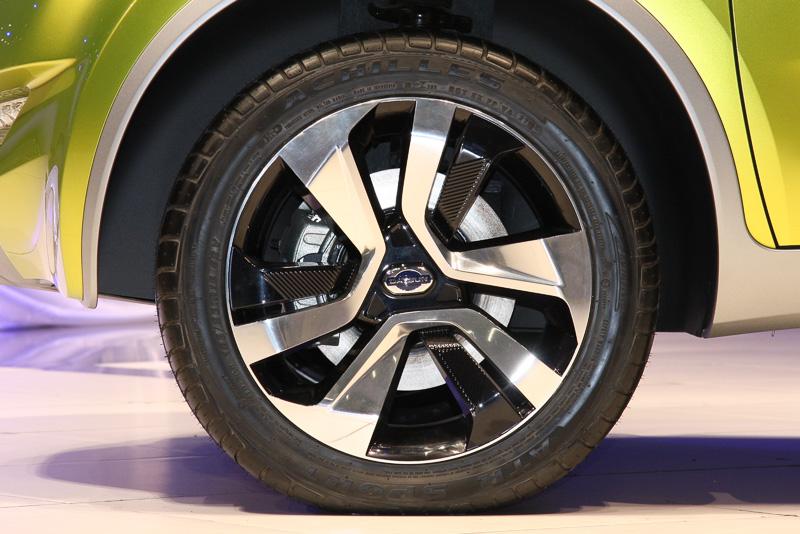 タイヤサイズは185/55 R15。アルミホイールはシルバーとブラックのコンビネーションタイプ