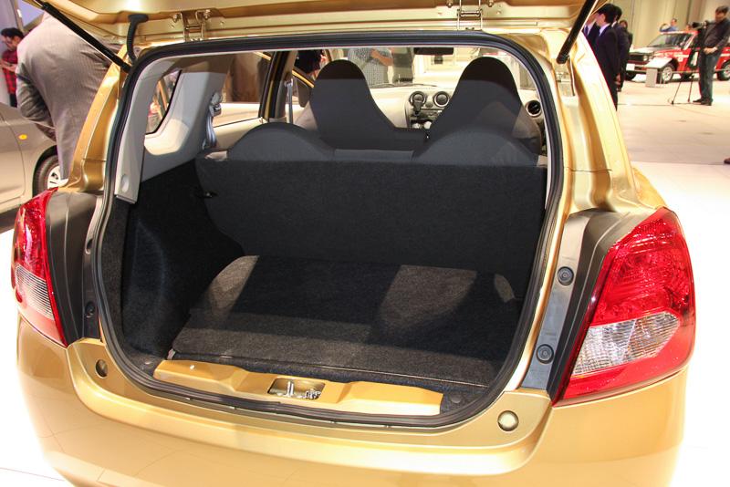サードシートの背もたれを前方に倒してラゲッジスペースを広げることも可能