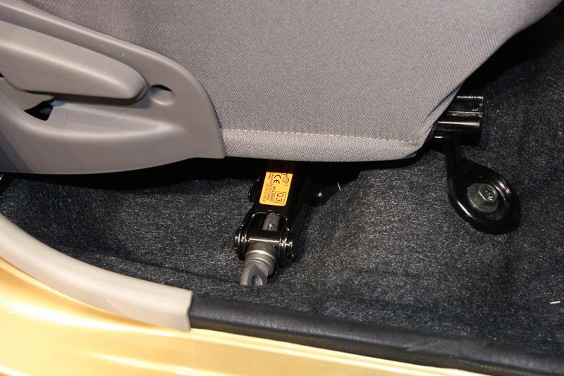 ジャッキはフロントシートの下に設置
