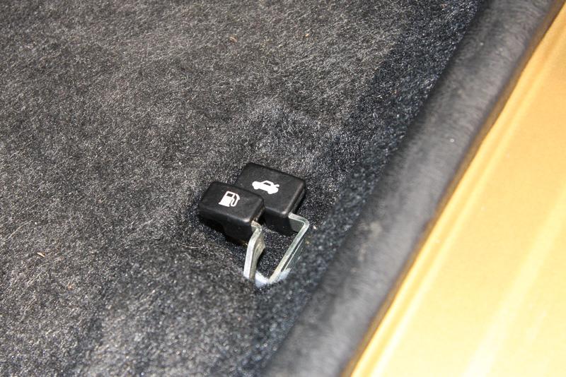 ハッチバック車だが、リアハッチのロック解除はフロントシートのフロアに設置されたレバーを引いて操作する