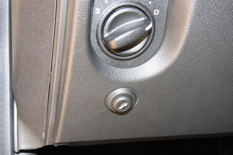 奥行きの深いトランクスペース。ロック解除は運転席の左下側に設置されたボタンを押して行う