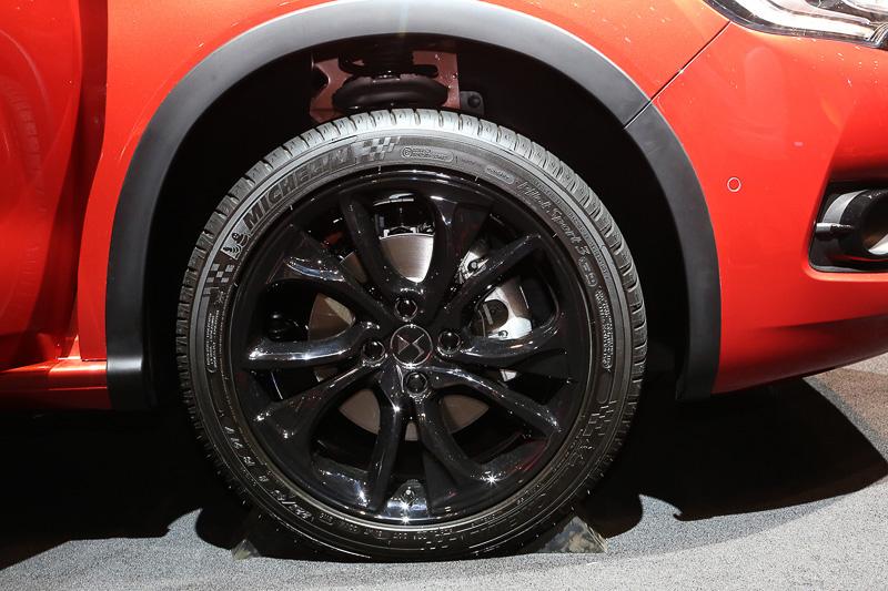 ホイールは新型DS 4用とカラーが異なる。形状やサイズは同じ設定だ。展示車は225/45 R18サイズのミシュラン パイロットスポーツ3を履いていた