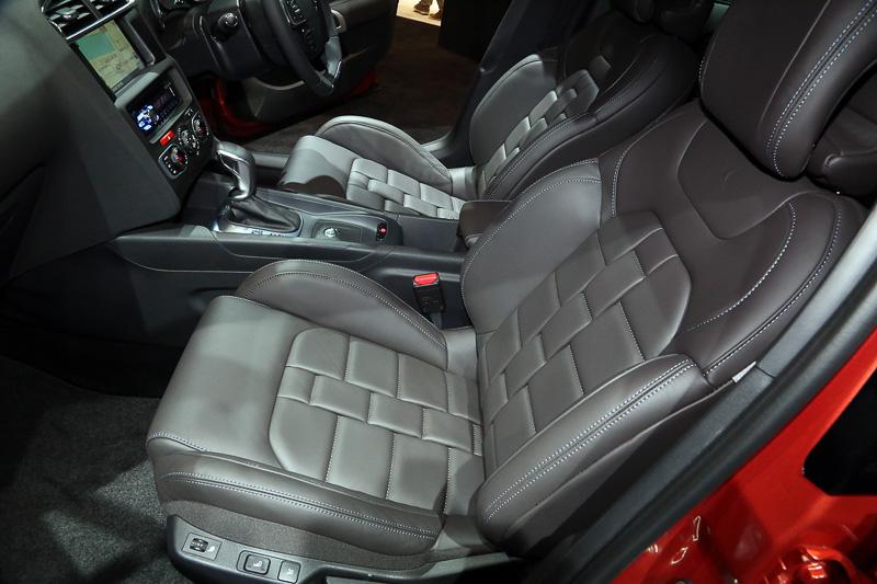 非常に凝ったデザインの本革パワーシートなどを装備する豪華な車内。ステアリングには各スイッチ類がきれいに配置され、形状はDシェイプ。エアコンは左右独立で温度設定が可能