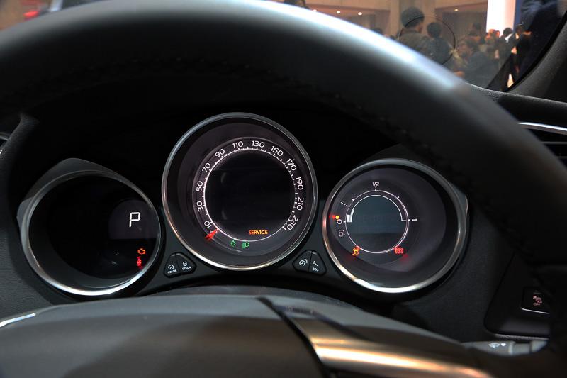 メーターの全点灯場面は撮れなかったが、ほかにはない数値の配列を施すスピードメーターはきれいで見やすそうだ