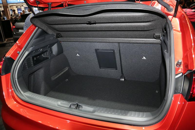 リアドアの開閉ノブはウインドー後端にビルトインされているので、ドアの側面がスッキリして、3ドア車のようにも見えたりする。ラゲッジスペースは一般的な用途なら奥行きや深さは十分。必要ならリアシートの背もたれを前方に倒すことも可能だ。側面にはアクセサリーソケットも見える