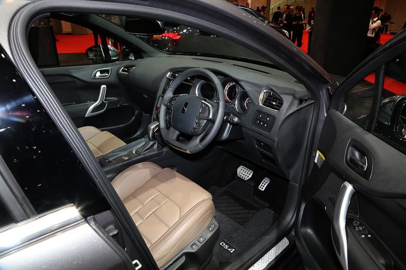 車内も基本的にDS 4 CROSSBACKと同じで、展示車はシート表皮の色が異なっている