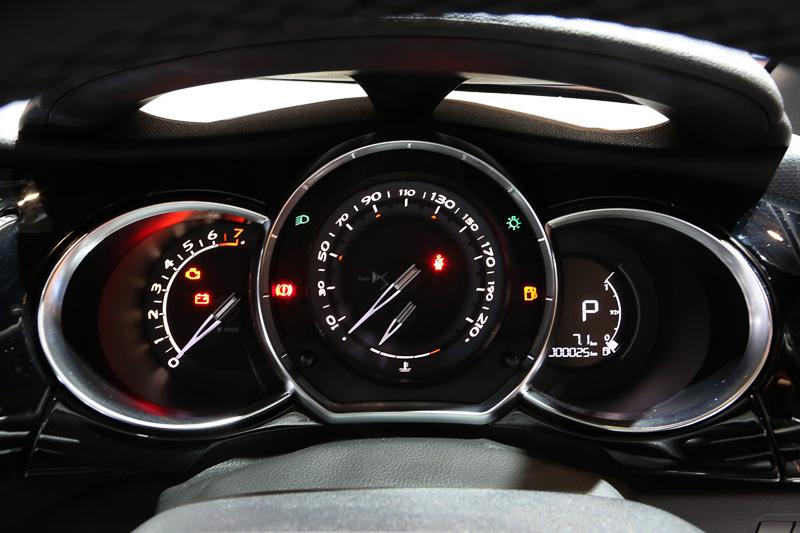 車内は標準車と変わりはないが、メーターに使われている数字の書体や指針のデザインはさすがDSと言えるおしゃれなものになっている