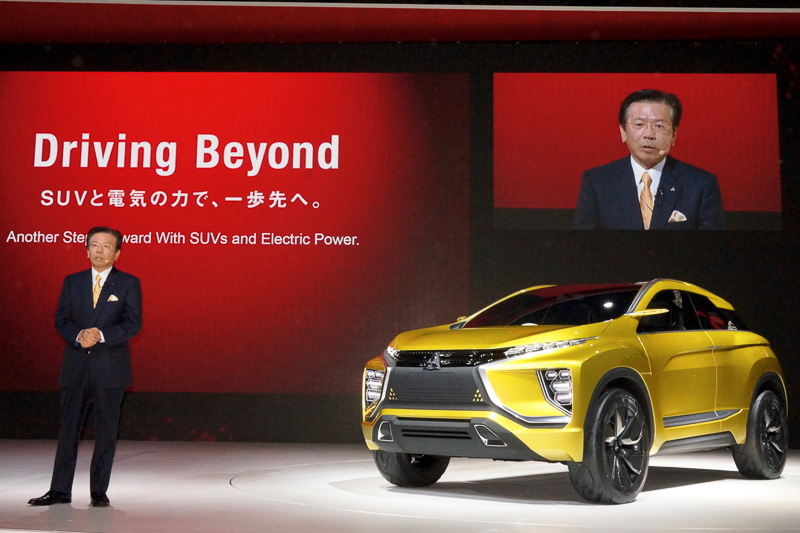 EV(電気自動車)で航続距離400kmを達成する次世代コンパクトSUV「eX コンセプト」を世界初公開した三菱自動車工業、東京モーターショー2015では「Driving Beyond SUVと電気の力で、一歩先へ。」をブーステーマに掲げた