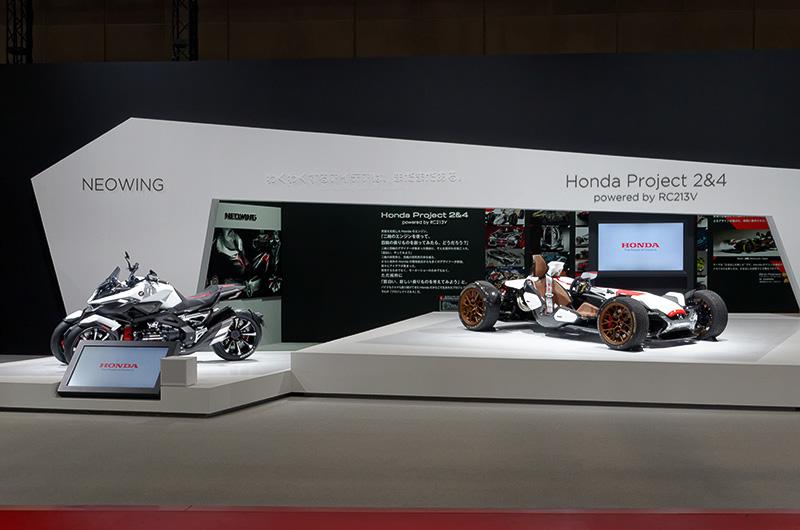 ホンダブースに展示される「NEOWING」と「Honda Project 2&4 powered by RC213V」