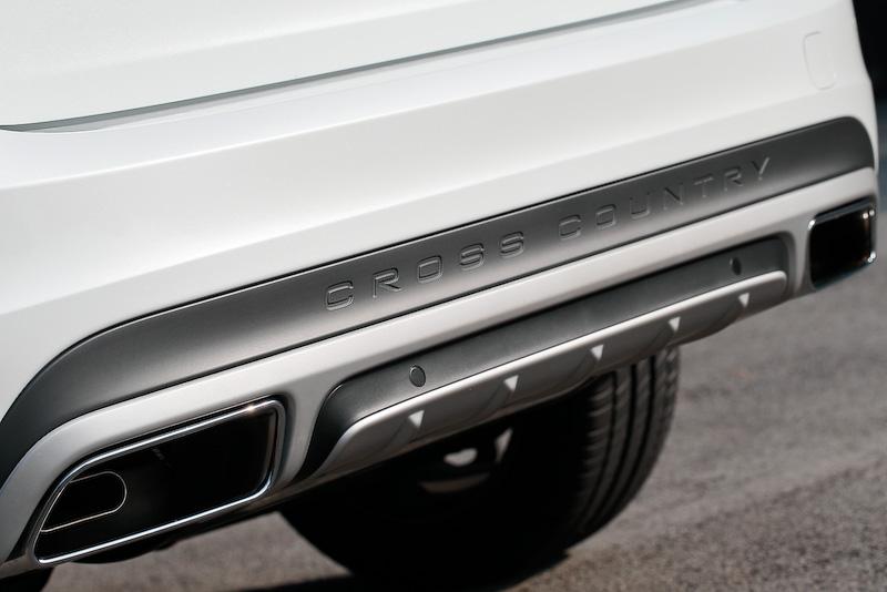 エクステリアではハニカムデザインのフロントグリルやフロント&リアのスキッドプレート、サイドスカッフプレート、グラファイトカラーのフェンダーエクステンション、グロッシーブラック・ドアミラーカバーなどを専用装備として装着。アクティブ・ベンディング機能付きデュアル・キセノンヘッドライト(自動光軸調整機構/コーナリング・ライト機能)やLEDポジショニングライト(フロント)も標準装備する。「D4 SE」は17インチアルミホイールが標準装備となるが、撮影車はオプションの18インチアルミホイール(235/50 R18)を装備。なお、全モデルに歩行者・サイクリスト検知機能付き追突回避・軽減フルオートブレーキや全車速追従機能付ACCをはじめとする先進安全装備・運転支援機能を標準装備する