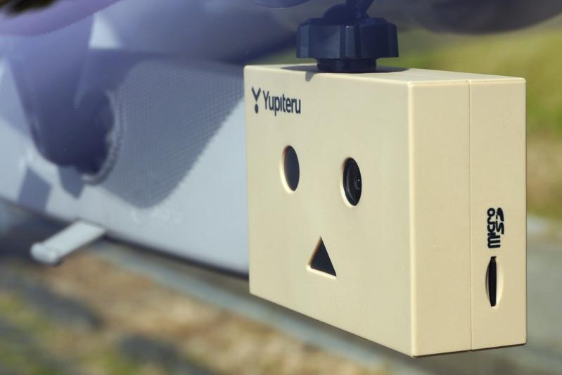左目に最大記録画角対角118°(水平100°、垂直53°)の広角レンズを内蔵。本体側面の左目側にmicroSDメモリーカードスロット、右目側にmini USBポートを設定