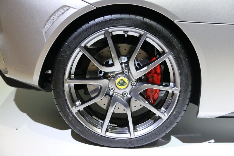 タイヤサイズはフロント235/35 ZR19、リア285/30 ZR20
