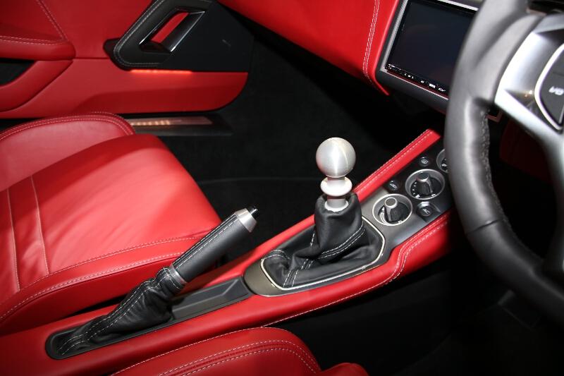6速MT車のシフトレバー。AT車の場合はレバーがなく、ボタンスイッチが並んでステアリングホイールにパドルが装備される