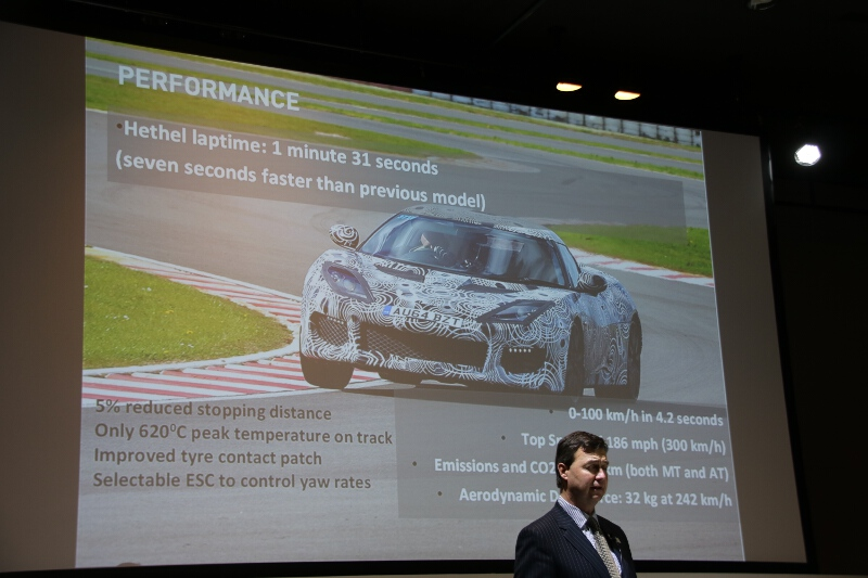 エヴォーラのスペックやパフォーマンスの紹介。主なスペックとしては、最高速300km/h、0-100km/h加速が4.2秒、出力が406PS、重量が1395kg(MT車)など