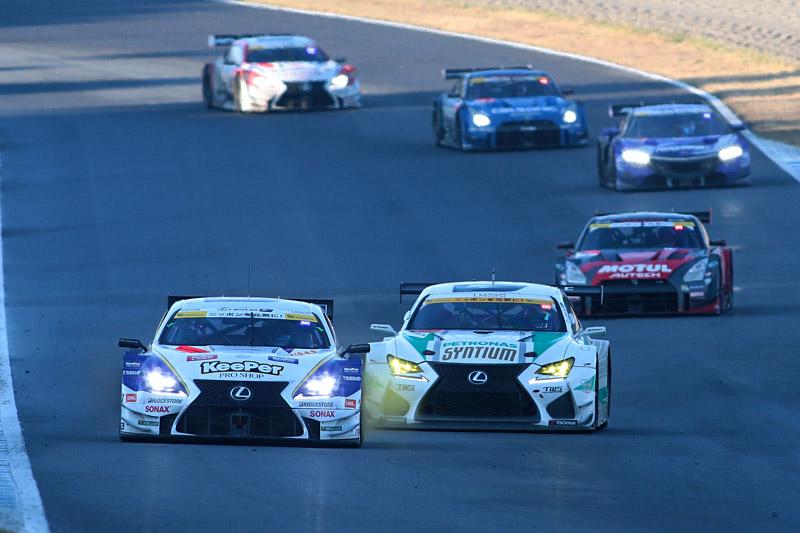37号車、1号車、100号車、12号車、38号車が僅差で争う展開に(2番目に写っているのはGT300車両)