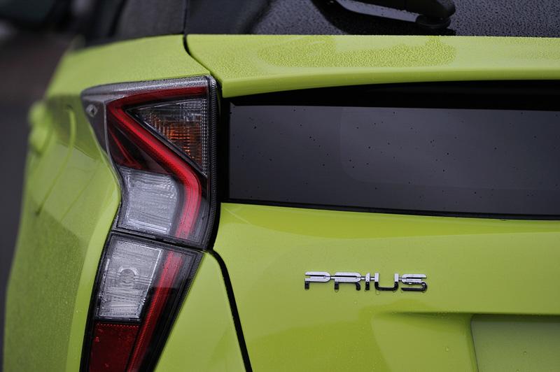 新しいプリウスは9色のボディーカラーを設定。新開発された「サーモテクトライムグリーン」は日差しを受けても熱を持ちにくい機能が与えられ、エアコンの稼働を抑えて燃費向上に貢献。ライト類のほか、ボディー全体で「新しさ」や「個性」を表現している