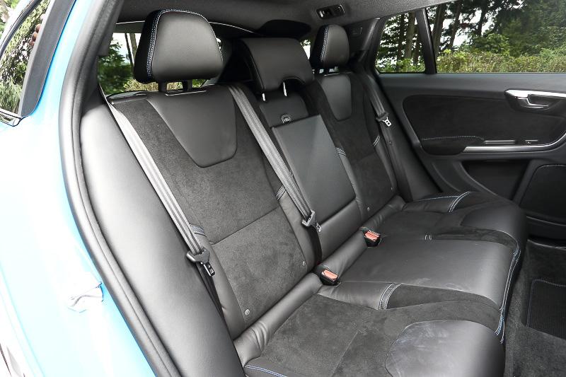 S60 ポールスターのインテリアでは、専用装備として本革/ヌバックコンビネーションスポーツシートやステアリング、ブルー色のコントラストステッチ、カーボンファイバーセンタースタック、イルミネ―テッド・シフトノブなどが与えられている