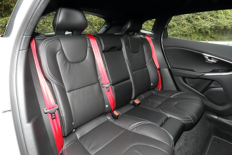 赤色のシートベルトはV40 R-DESIGN Carbon Editionの専用品