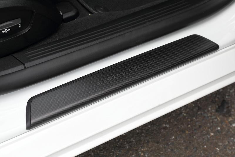 こちらもカーボンファイバーのキッキングプレート。「Carbon Edition」のロゴ入り