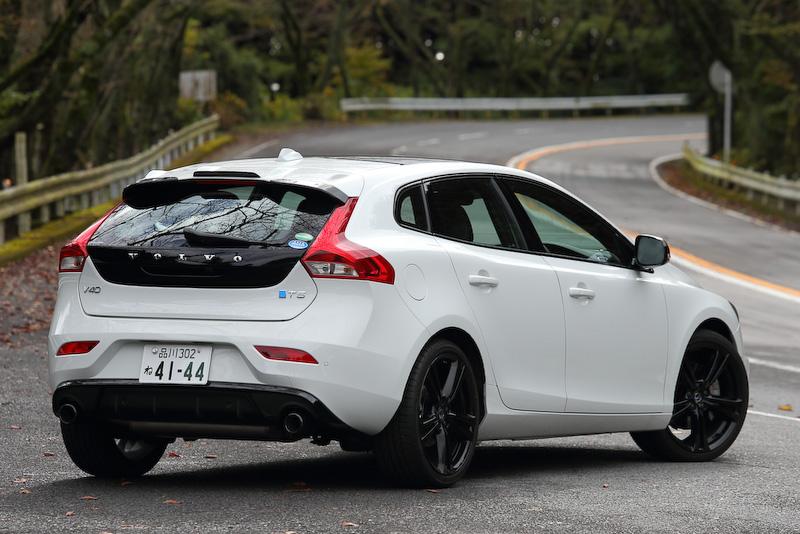 V40 R-DESIGN Carbon Editionのボディーサイズは4370×1800×1440mm(全長×全幅×全高)。駆動方式は2WD(FF)