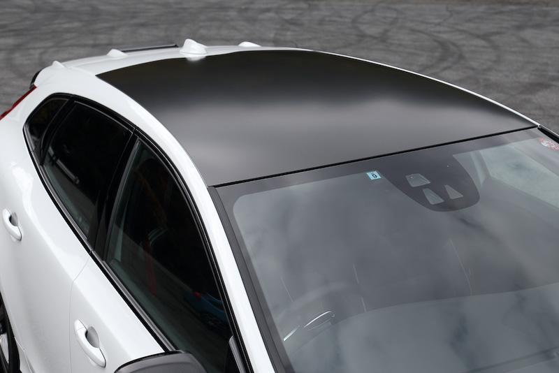 エクステリアでもっとも特徴的となる専用カーボンファイバー・ルーフとグロッシーブラックに塗装された19インチアルミホイール(タイヤサイズ:235/35 R19)。そのほかエクステリアではブラックのサイドウインドートリム、ルーフスポイラー、リアバンパー(専用ディフューザー付)、デュアル・スポーツテールパイプなどが与えられている