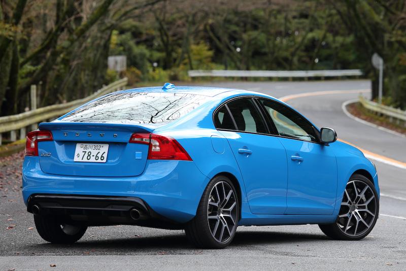 Web特別限定車となる「S60/V60 ポールスター」の2016年モデル(写真はS60 ポールスター)。S60 ポールスター(829万円)が10台、V60 ポールスター(849万円)が40台用意され、2015年11月10日現在の在庫は前者が2台、後者が18台となっている。S60 ポールスターのボディーサイズは4635×1865×1480mm(全長×全幅×全高)。なお、Webでの先行予約はすでに終了しているので、詳細は最寄りの販社に訪ねていただきたい