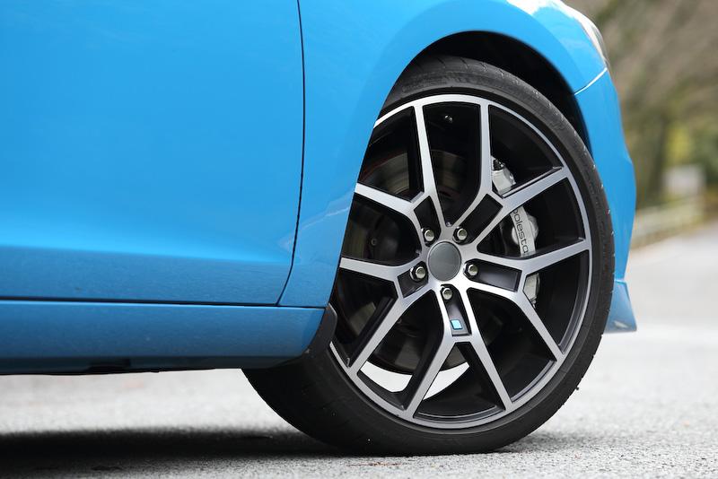 パワートレーンなど基本的なスペックは2015年モデルと共通だが、もっとも大きく異なるのはホイールのカラー。今回の2016年モデルではダイヤモンドカット/マットブラックを採用し、タイヤはミシュラン「パイロット スーパースポーツ」を採用(タイヤサイズ:245/35 ZR20)。ダンパーはオーリンズ製。ブレーキはフロントに6ピストンキャリパーと371×32mmのベンチレーテッド・フローティングプレインブレーキディスクを組み合わせる