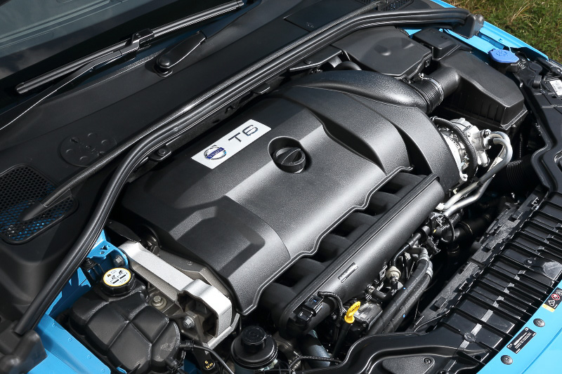 直列6気筒DOHC 3.0リッターのツインスクロールターボエンジンは最高出力258kW(350PS)/5250rpm、最大トルク500Nm(51.0kgm)/3000-4750rpmを発生。S60 ポールスターの0-100km/h加速は4.9秒