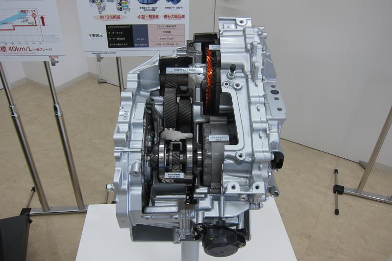 おまけで新型プリウスのパワートレーンとなるTHS IIを掲載。遊星歯車を使った動力分割機構、平行軸ギヤによるリダクション機構、モーターの新巻線機構が分かる