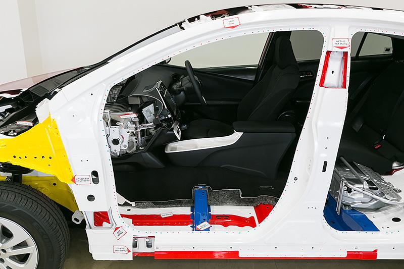 ドア開口部のまわりに点々と打たれているのがスポット溶接やLSWによる鋼板接続部